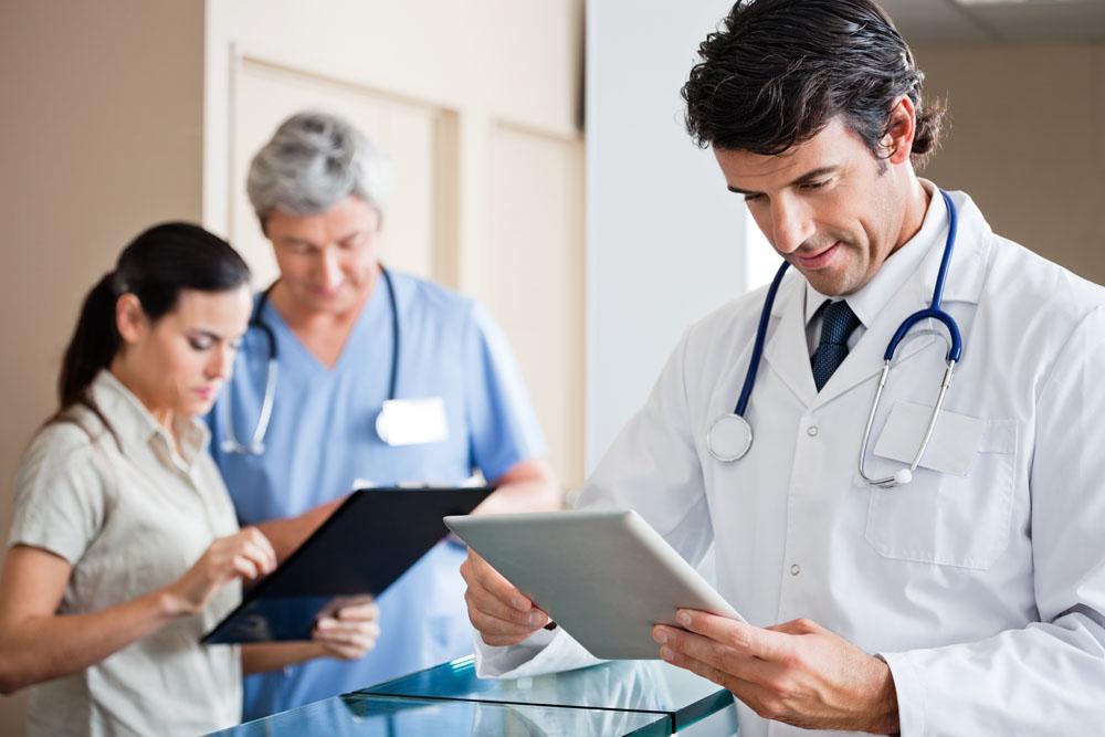 """我国医疗体制的特殊性导致百姓就医时出现了""""看不上病、看不起病""""等现象。然而在近几年提及的移动医疗、手机问诊、远程医疗等方式虽对""""看不上病""""等情况有所缓解,但依旧是个老大难问题。最为尴尬的是由于限制开药品种,,导致很多三甲医院出现人满为患、挂不上号等情况,甚至有人花高价买走""""黄牛""""手中的号。"""